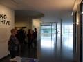Een kijkje in het museum, achter die kluit mensen is de lesruimte waar de kunstwerken uitgepakt moesten worden.